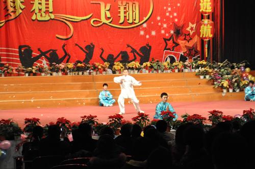 郑州北大青鸟翔天信鸽武术表演《男儿当自强》